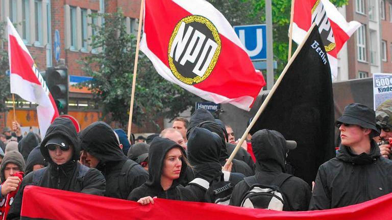 Członkowie NPD na ulicach Hamburga