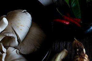 Zupa z kurczakiem i mlekiem kokosowym (tom kha kai)