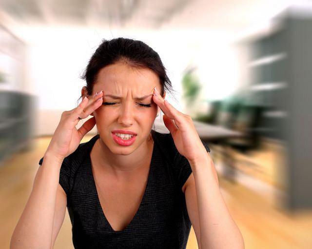 Silny ból głowy wymaga leczenia, zazwyczaj pod nadzorem neurologa