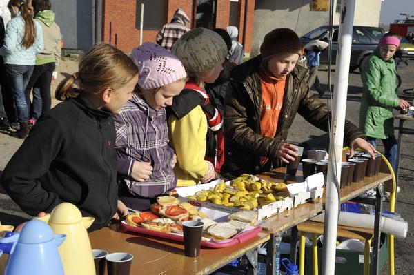 Dzieciaki na punkcie żywieniowym w Blizanowie