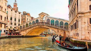 Wenecja. Most Rialto jest największym i najbardziej znanym spośród prawie 400 mostów Wenecji. Zbudowany został w XVIw. nad centralna częścią Canale Grande.