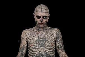 Zobacz, jak zombie boy wygl�da bez tatua�y