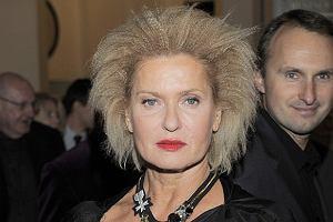 Popularna aktorka, Ewa Kasprzyk, zaskoczyła wszystkich swoją niebanalną stylizacją podczas gali rozdania Warszawskich Feliksów. Trzeba przyznać, że gwiazda wyglądała interesująco. Uwagę przykuwała fryzura niczym z lat osiemdziesiątych, albo raczej, jak kto woli, jakby piorun trzasnął! No cóż, w takiej stylizacji aktorka nie wygląda elegancko. A rozpięty suwak od sukienki na pewno nie dodaje seksapilu. Czy nie nasuwa wam się pytanie: O co jej chodzi?