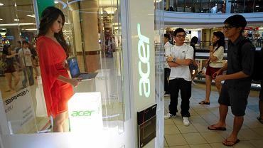 Klienci centrum handlowego w Kuala Lumpur w Malezji oglądają prezentację jasności laptopa