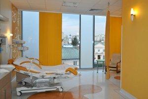 Po�o�na w trakcie porodu: Podpisz darowizn� na szpital