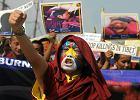 Mieszkający w Indiach mnisi tybetańscy oraz członkowie Kongresu Młodzieży Tybetańskiej protestują przeciwko chińskiej polityce w Tybecie. Śiliguri, 3 listopada 2011