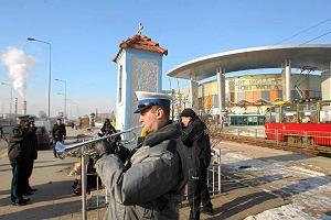 Znicze na przystanku, gdzie zabili policjanta. Rocznica