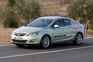 Opel Astra sedan wyszpiegowana