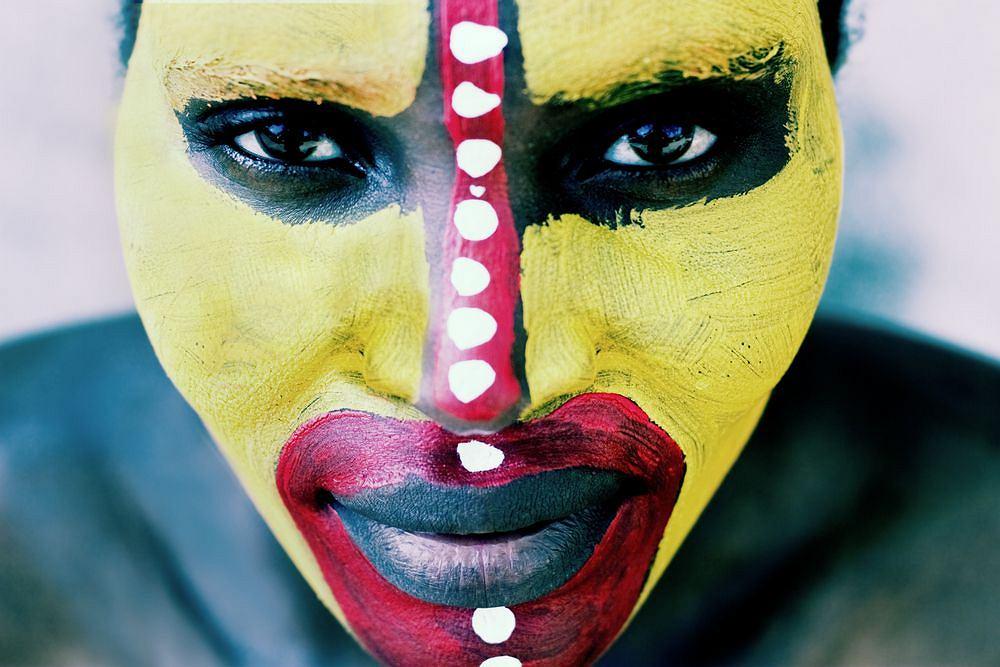 Afryka, wycieczka do Afryki. Mieszkaniec Afryki z twarzą pomalowaną w plemienne wzory / fot. Shutterstock