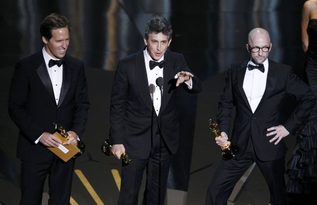 """Alexander Payne (C), Nat Faxon (L) and Jim Rash accept the Oscar for Best Adapted Screenplay to for their work in """"The Descendants"""" at the 84th Academy Awards in Hollywood, California, February 26, 2012.  REUTERS/Gary Hershorn  (UNITED STATES) (OSCARS-SHOW)"""