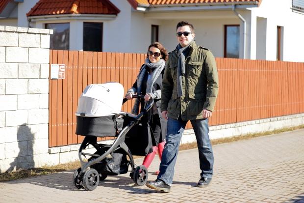 Kasia Glinka na spacerze z mezem i synkiem Filipem 03-03-2012 Warszawa