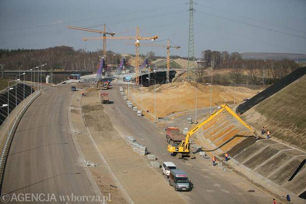 Mieszka�cy proszeni o robienie zdj�� ci�ar�wkom z budowy A1