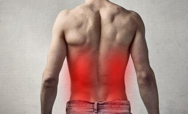 Czasem samodzielnie trudno ocenić, czy ból pleców po bokach związany jest z chorobą kręgosłupa czy nerek