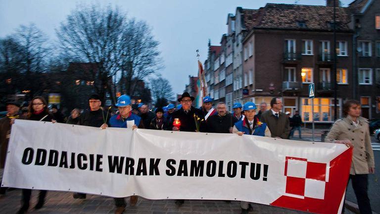 Gdański pochód na czele z transparentem z żądaniami przetransportowania wraku samolotu do Polski. Po dwóch latach wrak Tu-154 nadal znajduje się w Smoleńsku w II rocznicę katastrofy smoleńskiej