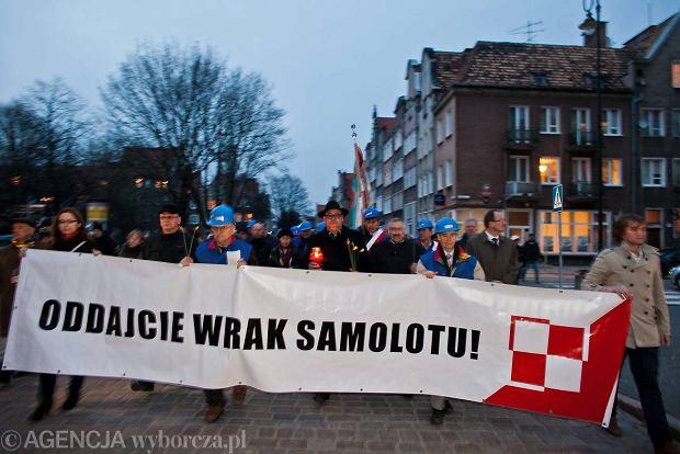 Gda�ski poch�d na czele z transparentem z ��daniami przetransportowania wraku samolotu do Polski. Po dw�ch latach wrak Tu-154 nadal znajduje si� w Smole�sku w II rocznic� katastrofy smole�skiej