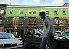 Ul. Krowoderska: Ścianę kamienicy pomalowali na seledynowo