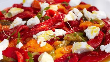 Sałatka z grillowanymi paprykami i serem