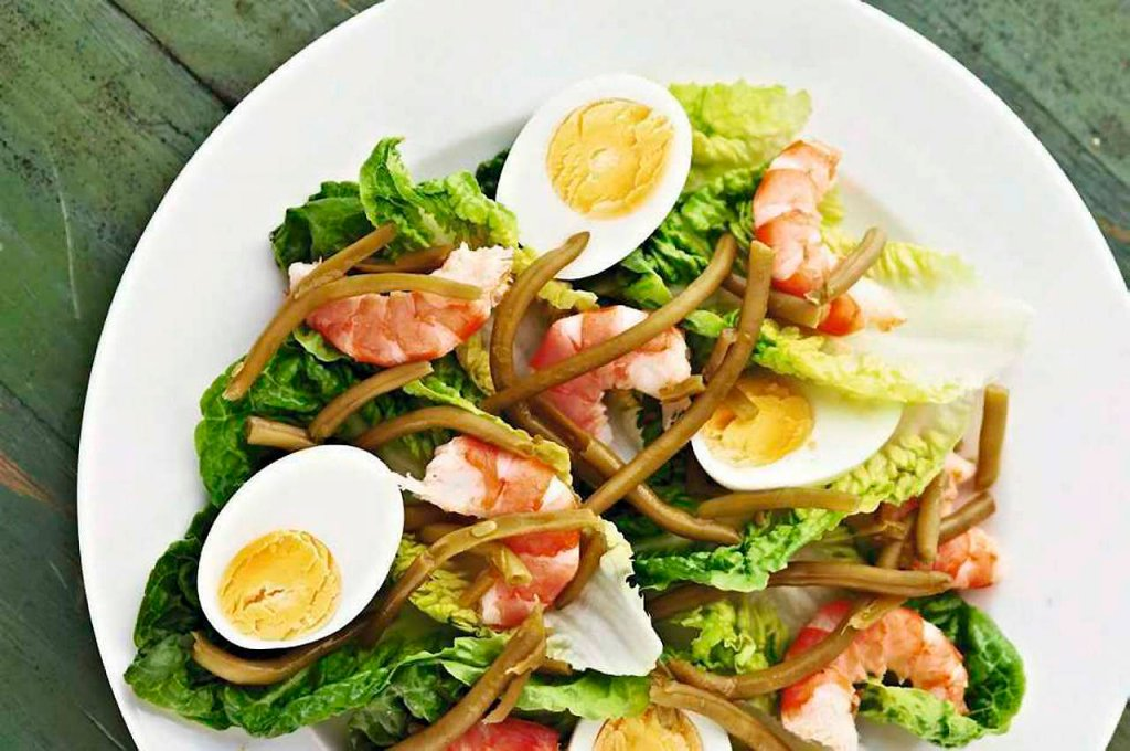 Sałatka z jajkami i krewetkami