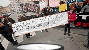 Demonstracja w Poznaniu przeciw likwidacji szkół