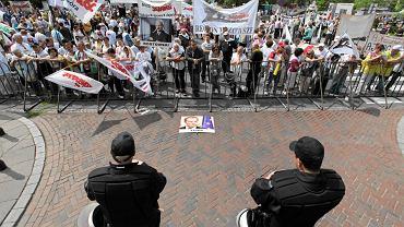 """Działacze """"Solidarności"""" naprzeciw funkcjonariuszy policji"""