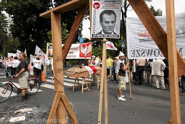 Premier Donald Tusk na szubienicy podczas manifestacji 'S'