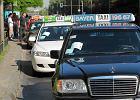 Protest taksówkarzy: udekorowali Sejm papierem