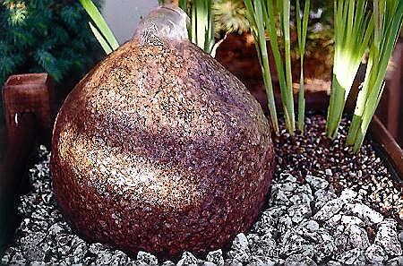 Agrowłókninę można zamaskować kolorowym żwirkiem sprzedawanym w sklepach akwarystycznych. Jego kolor najlepiej dopasować do kamienia, po którym spływa woda.