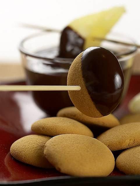 Czekoladowe fondue z gruszek i biszkoptów