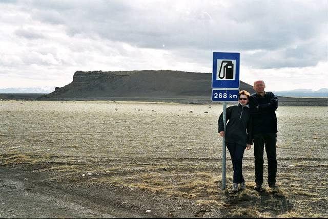 Islandia. Znak ostrzega przed wjazdem do wnętrza wyspy