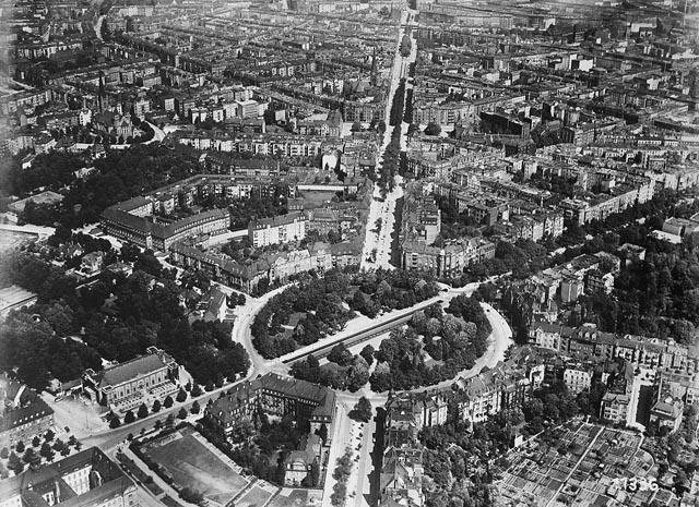 Ścisła zabudowa wokół dzisiejszych ulicy i placu Powstańców Śląskich (Kaiser-Wilhelm-Platz i Kaiser-Wilhelm Str.) zachowała się w niewielkim stopniu. Zdjęcia archiwalne pochodzą z Instytutu Herdera w Marburgu. Publikujemy je za albumem