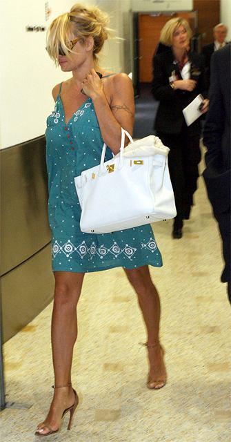 Pamela Anderson podróżuje w seksownych ciuszkach
