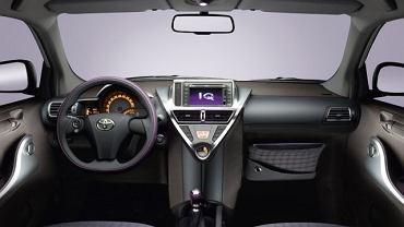 Wnętrze Toyoty jest znośne, dopóki siedzimy z przodu...