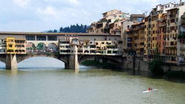 Widok z Ponte alle Grazie na rzekę Arno i Ponte Vecchio