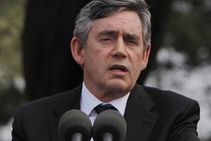 Gordon Brown te� chce regulowa� premie bankier�w
