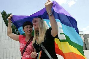 Szcz�liwi i coraz bardziej liberalni Polacy