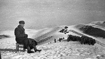 Rany i kontuzje z wojny i sowieckich więzień wciąż dają się we znaki, więc Władysław Anders w Dżalalabadzie (Kirgistan) ze stołka obserwuje ćwiczenia formujących się oddziałów swojej armii (luty 1942)