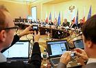 Debata premiera z internautami. Co z cenzur� w sieci?