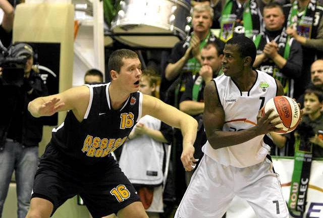 Z piłką były gracz Turowa Michael Wright kontra Adam Łapeta (Asseco Prokom)
