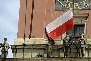 �wi�to flagi: Dla ka�dego bia�o-czerwona kokardka