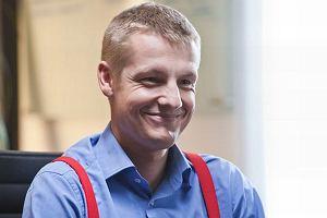 Znany z serialu M jak mi�o�� Rafa� Mroczek pojawi si� w jedenastym odcinku Nowej. Aktor zagra m�odego maklera zamieszanego w zab�jstwo. To ju� kolejna rola Mroczka. Czy�by jego kariera aktorstwa powoli si� rozkr�ca�a?