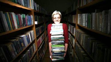 <b>Ewa Kossewska</b> Bibliotekarka w mazurskich Mikołajkach, w zawodzie od?36?lat: - Z jednej strony ludzie mają nas za zakompleksione myszy w grubych okularach. A z drugiej - gdy trwoga,  to do bibliotekarki