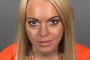 Lindsay Lohan poszła do więzienia ponieważ nie przestrzegała wyroku i nie chodziła na terapię dla ludzi uzależnionych.