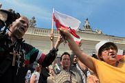 Obrońcy krzyża przed Pałacem Prezydenckim protestują przeciw przeniesieniu go (3 sierpnia 2010)