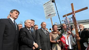 W dniu mijających czterech miesięcy od katastrofy samolotu prezydenckiego w Smoleńsku prezes PiS Jarosław Kaczyński złożył wieniec pod krzyżem przed Pałacem Prezydenckim