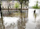 Powodzianie z Bierunia kontroluj� wa�y na Wi�le. Boj� si� odwil�y