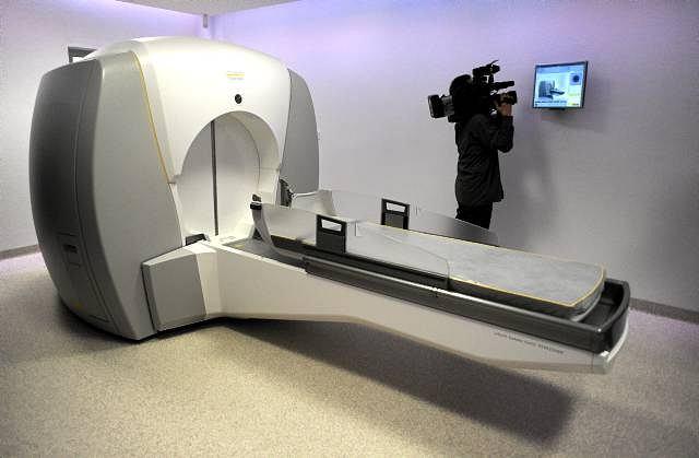 Pierwsza w Polsce aparatura do nieinwazyjnego leczenia guza mózgu w Szpitalu Bródnowskim.