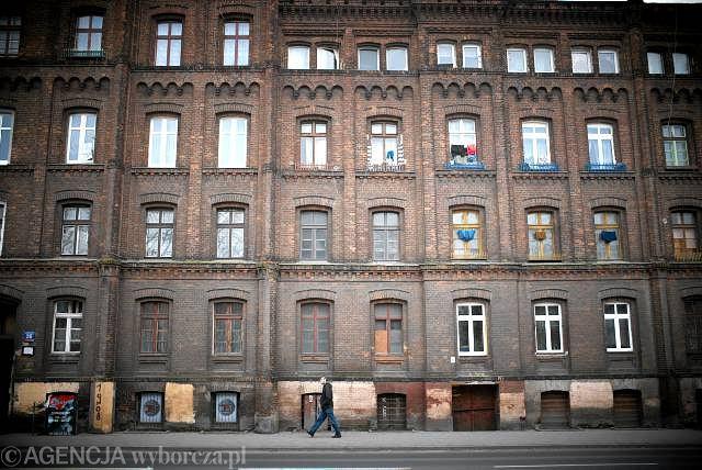 Łódź nazywana jest polskim Manchesterem i kojarzy się dziś głównie z fabrykami, które lata świetności mają już dawno za sobą. Po przemysłowej historii miasta pozostały pałace fabrykantów, bogato zdobione kamienice i ceglane budynki szwalni, które do niedawna niszczały w zapomnieniu. Od kilku lat sytuacja jednak diametralnie się zmienia i Łódź staje się atrakcyjnym miejscem nowych inwestycji. Zaniedbane hale produkcyjne stają się biurowcami, hotelami, czy galeriami sztuki. Nie braknie także nowych budynków. Na zdjęciu osiedle Poznańskiego w Łodzi