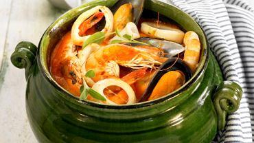 Bouillabaisse, zupa gotowana głównie z ryb żyjących w skałach. Kiedyś była zupą biedaków, teraz jest droga, bo brakuje ryb.