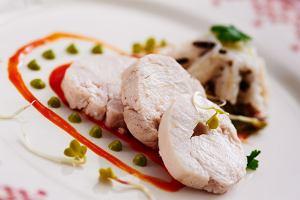 Pieczona pier� z kurczaka z sosem z zielonej sa�aty i sosem z czerwonej papryki