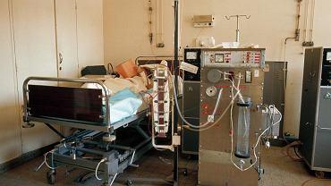Dializa. Pacjent poddawany hemodializie. Na pierwszym planie znajduje się dializator
